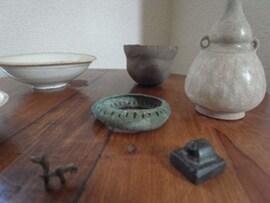 部屋の一角にならぶ古道具。師匠から譲られたものも多い
