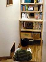 階段の踊り場の本棚