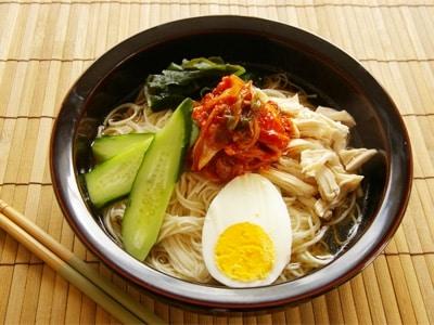 甘酸っぱいたれがクセになる、韓国冷麺風そうめん