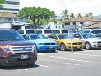 レンタカーの営業所へは、各社シャトルで約5分