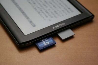 本体上部にメモリースティックPROデュオスロットとSDカードスロットを搭載している