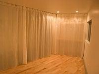 カーテンを明るく照明