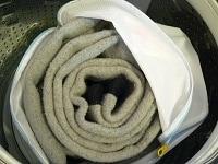 なるべく洗剤が行き渡りやすくたたんで洗濯ネットへ入れ、洗濯機へ。