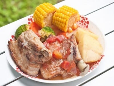 ダッチオーブンで作るスペアリブと野菜の煮込み!キャンプ料理レシピ
