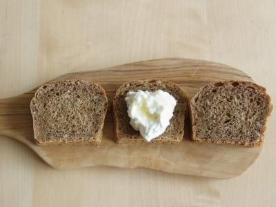 美しくなる朝食!雑穀パンとギリシャヨーグルト