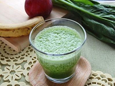 基本のグリーンスムージーレシピ(小松菜・バナナ・プラム)