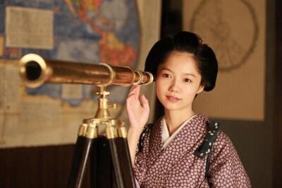 望遠鏡をのぞく宮崎あおい