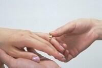 婚約の儀式「結納」。一般的には新郎側から新婦側への贈り物。その返礼として結納返しがある