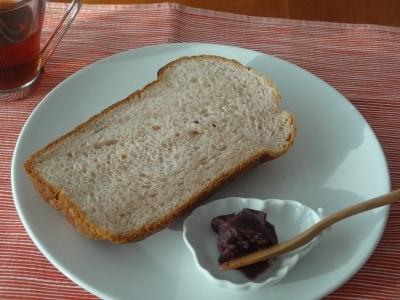 餡がたっぷり入った食パン