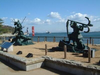 壇ノ浦古戦場/源義経の八艘飛び(はっそうとび)、平知盛の錨潜(いかりかづき)の銅像