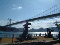 源義経、平知盛の銅像と関門橋