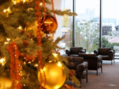 クリスマスデコレーションがはじまった「アークヒルズ仙石山レジデンス」のエントランスロビー