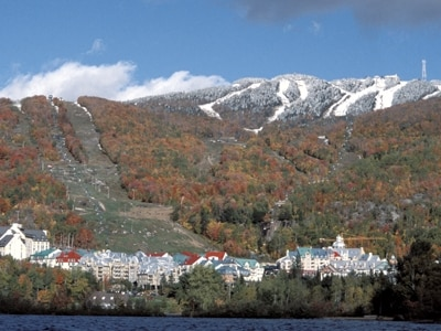 紅葉シーズンともなると、山頂付近に積雪があることも……(C)StationMontTremblant