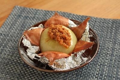 ねぎの甘味を引き出す玉ねぎの丸ごとオーブン焼き