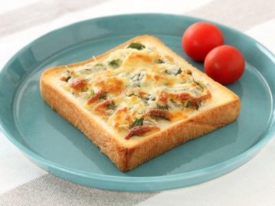 のせて焼くだけ!しらすと大葉のチーズトースト