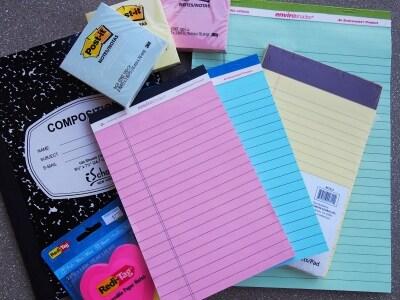 カラフルな色のメモパッドやキュートな付箋紙はお土産にも