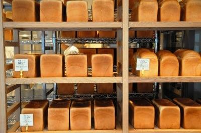 角食パン、プルマン、山食パンが整然と並ぶ。