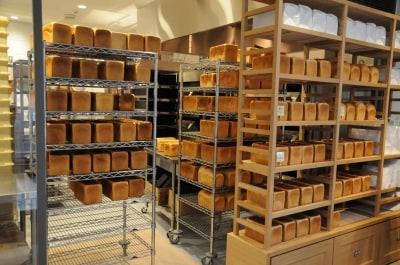 食パンの並ぶラック。奥は厨房。
