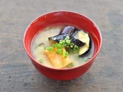 揚げなすと豆腐の味噌汁