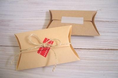 ピロー型ボックスは小物のラッピングに便利