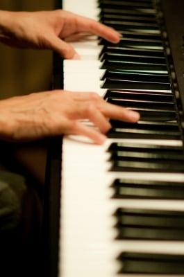 手と鍵盤の写真