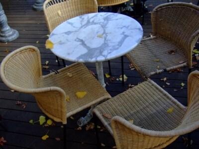 落ち葉の舞うカフェもまた楽しい