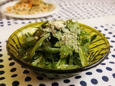 食材ひとつで簡単おかず。春菊のバルサミコサラダ