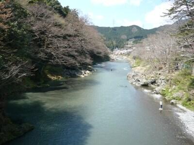 多摩川の上流。川では釣りを楽しむ人の姿も。またカヌーの