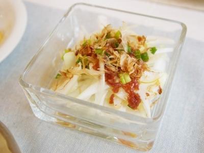 食材ひとつで簡単おかず。新玉ねぎの梅だれサラダ
