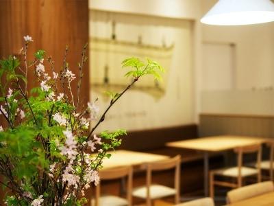 チェアとテーブルは1928年に「昭和曲木工場」として創業した名門マルニにオーダー。