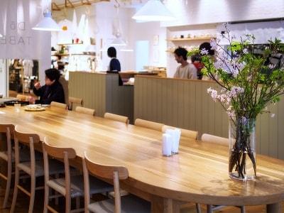 空間に余白を感じるカフェの中央には、長さ6mのオーク材の大テーブル。