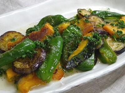 かぼちゃ、なす、ピーマンで作る! ガーリック風味の焼き野菜サラダ
