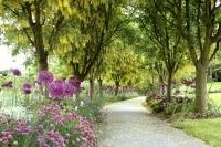 (中庭イメージ)大規模マンションなら敷地内に住人専用の庭を設けることができる