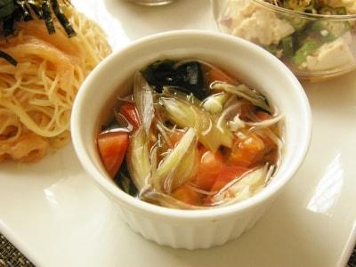 お湯を注ぐだけ! ワカメとトマトの即席和風スープ