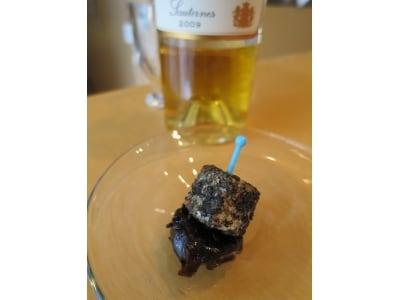 黒胡麻クリームチーズとプルーン。甘口ワインのお供に