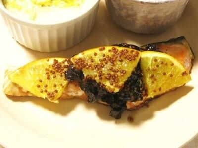 鮭とプルーンのメープルマスタードソテー