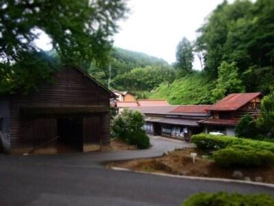 「高殿」の前から見た菅谷たたら山内