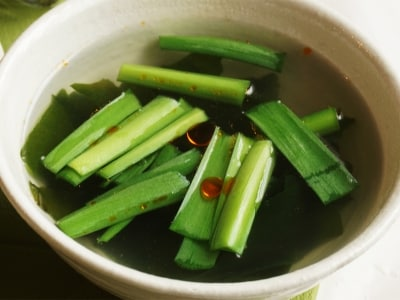 お湯を注ぐだけ。ニラとワカメのピリ辛即席スープ