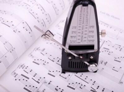 楽譜とメトロノームの写真