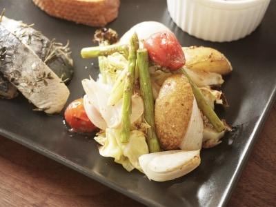 旬の味をまるっといただく。春野菜のグリルサラダ