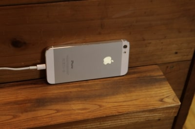 iPhoneを設置します。倒れないように工夫しましょう