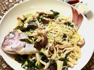 若布と茸で美味しさ倍増!  鯛のフライパン蒸し焼き