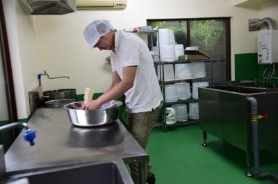 チーズ工房で作業をする弟の大志郎さん