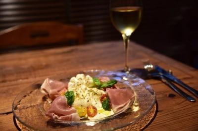 南イタリア・プーリア州名産のフレッシュチーズ「BURRATA(ブッラータ)」と生ハム、トマトの盛り合わせ
