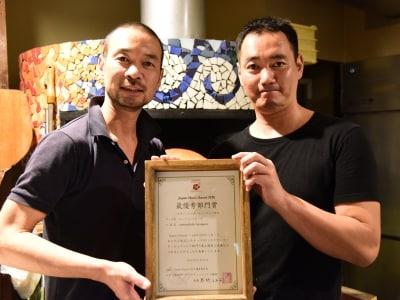 「JAPANCHEESEAWARD2016」賞状を手に。兄の山崎健太郎さん(左)と弟の山崎大志郎さん