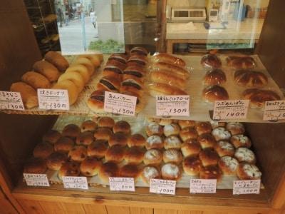 整列する「まるパン」各種