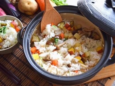彩り豊かな野菜を炒めて作る 秋の混ぜご飯