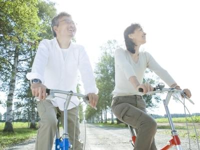 自転車で楽しそうな中年夫婦