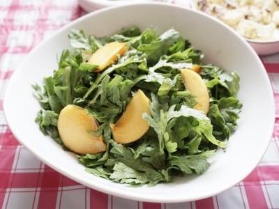 柿と春菊のサラダ バルサミコドレッシング和え