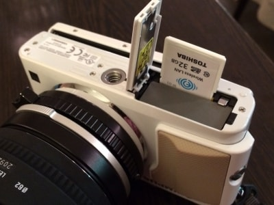 FlashAirをデジタルカメラに挿入